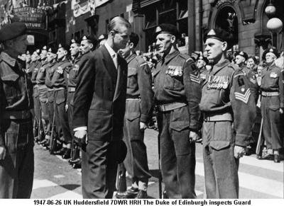 1947-06-26 UK Huddersfield 7DWR HRH The Duke of Edinburgh inspects Guard